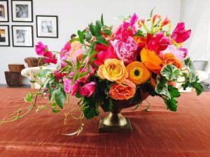 Composition très colorée dans vase Medicis