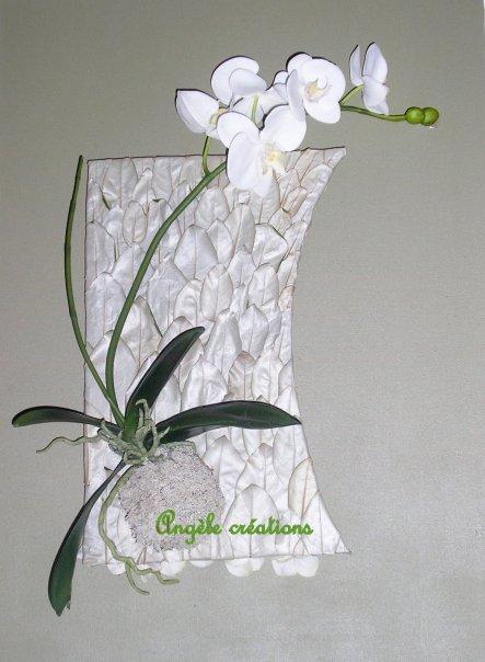Tableau technique mixte Phalaenopsis sur lit de feuilles(