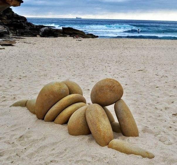 Land'art sur sable corps de Femme opulente en galets