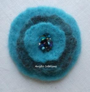 broche ronde fleur laine turquoise cœur pailleté (PV15€)