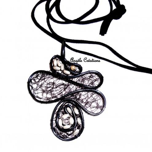 Pendentif dentelle noire et perle