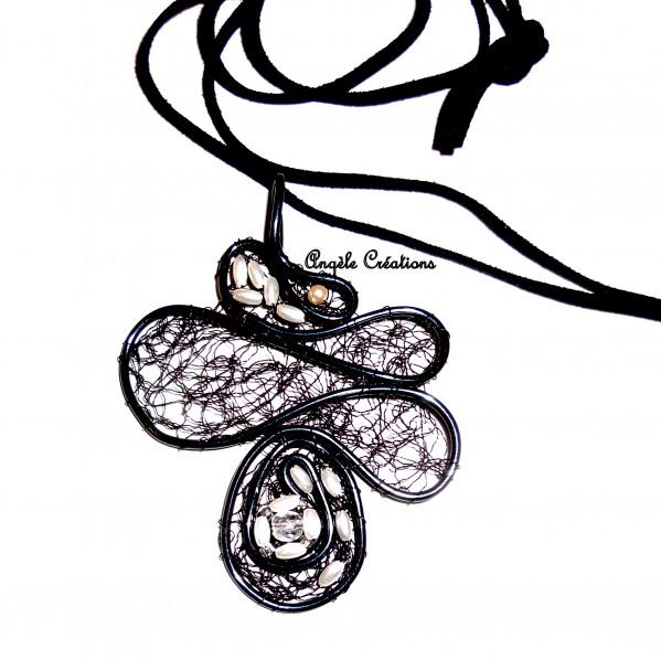 Bijoux Pendentif dentelle d'acier noir sur lien(