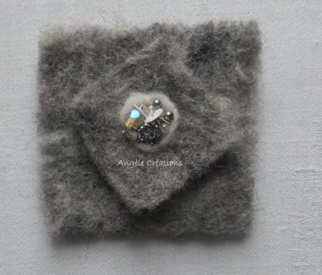 broche laine perlée carré