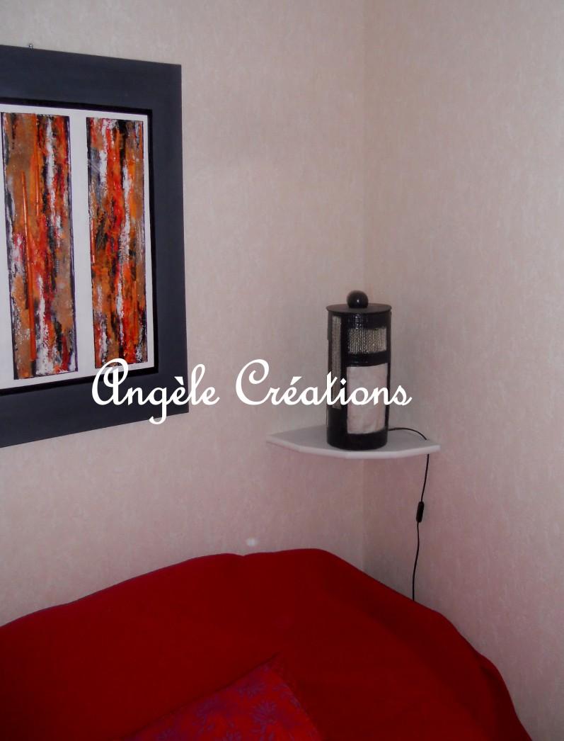 chambre avec tableau et lampe maison