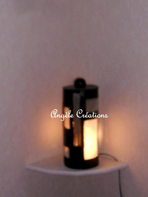 Lampe cylindrique en carton et fenêtres en papier