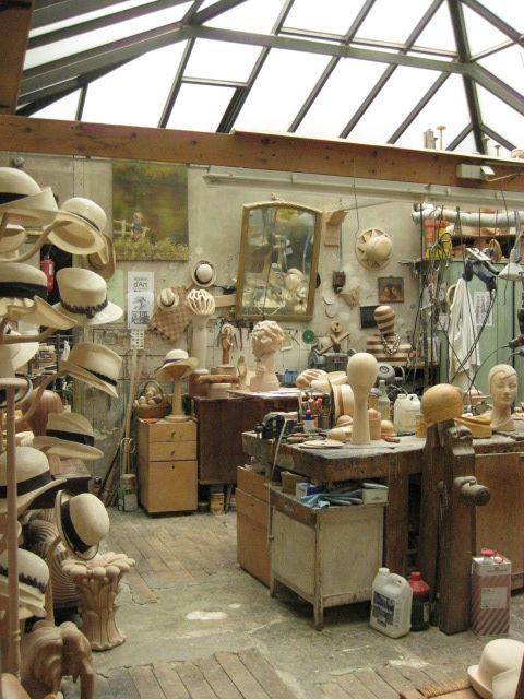 Des chapeaux dans L'atelier d'une modiste,