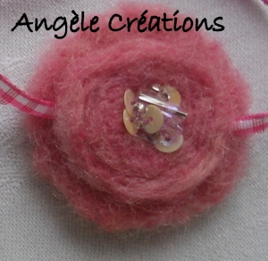 """collier""""Douceur""""(détail) pour fillette en laine rose (PV 12€)"""