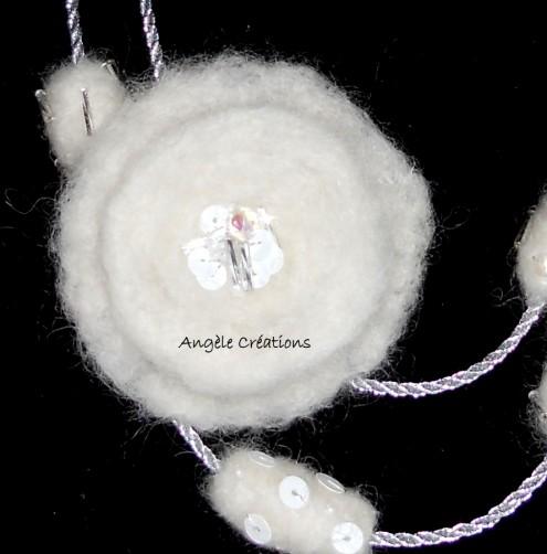 Motif du collier sautoir blanc en laine bouillie paillettes et perles