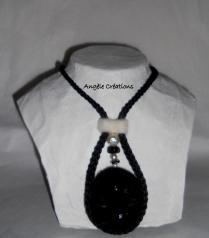 collier/pendentif laine noire