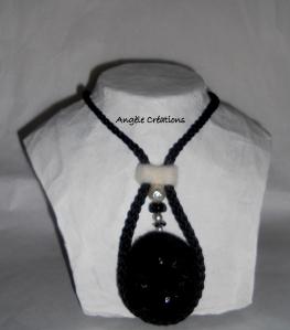 collier laines blanche et noir s buste dos paillettes