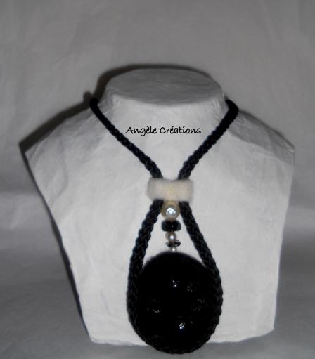 collier/pendentif laine noire (PV 45€)