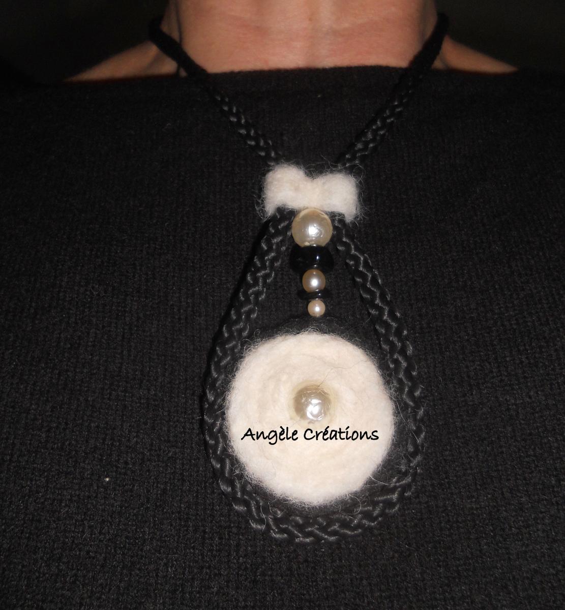collier pendentif noie et blanc réversible