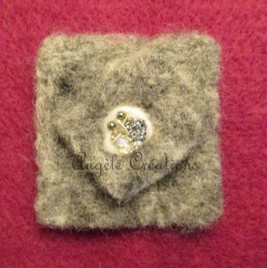 Broche carré en pure laine feutrée paillettée