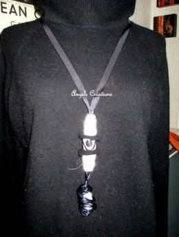 """sautoir""""Mali"""" en laine bouillie et tourbillon, Ici porté sur un pull en laine noire (PV 45€)"""