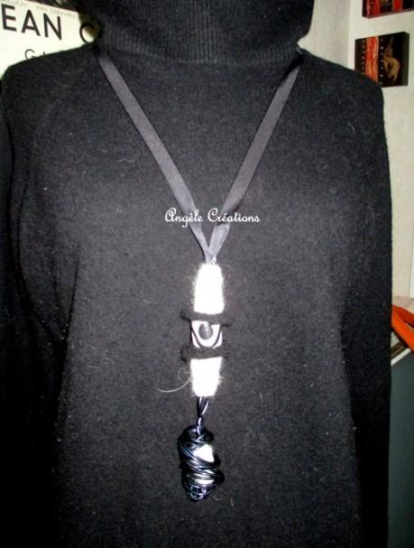 """sautoir""""Mali"""" en laine bouillie et tourbillon, Ici porté sur un pull en laine noire (PV 35€)"""