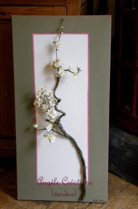Branche de cerisier en tissu sur toile de lin
