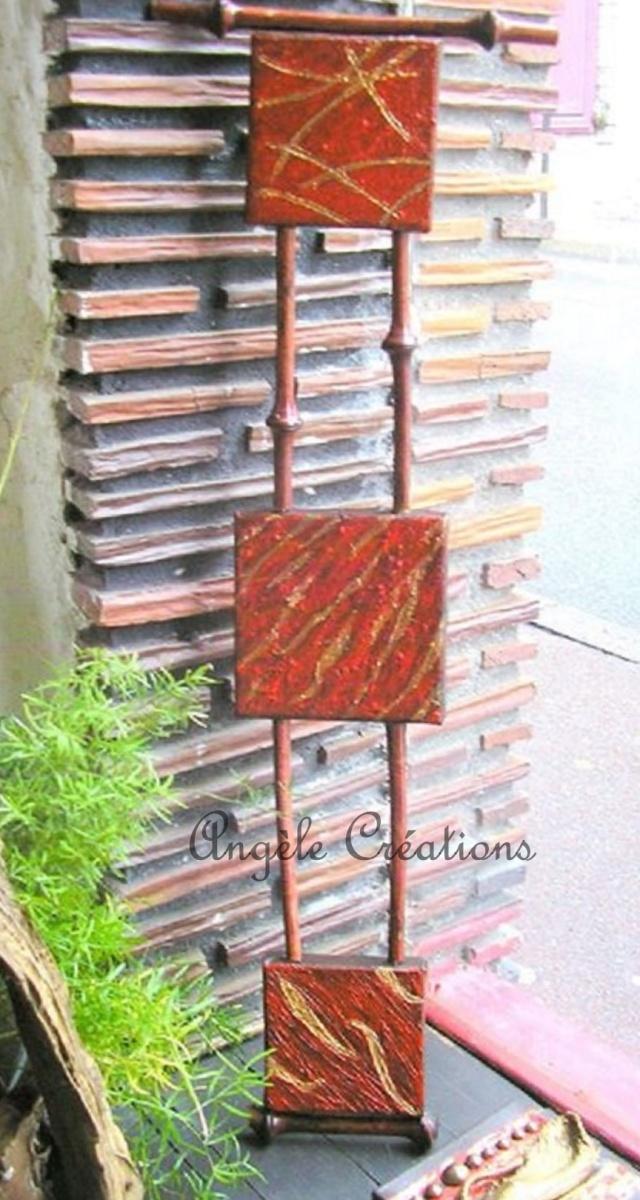 Petite suite de tableaux reliés entre eux par des cannes de bambou