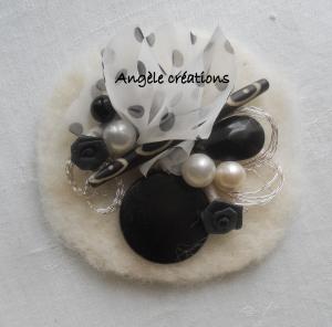 broche ronde laine et  perles n et bl (2)