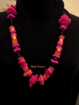 """Collier """" fruits rouges""""en tissu et laine"""