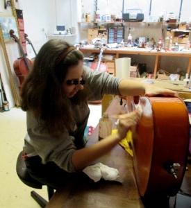 Marie nettoie un violoncelle