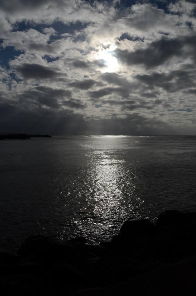 Coucher de soleil argent au dessus de la mer à Biarritz