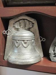 Moule de cloche de paques en métal au musée du Maitre Chocolatier Serge Couzicou