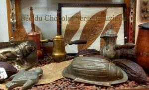 Chocolatière, cabosse et fèves