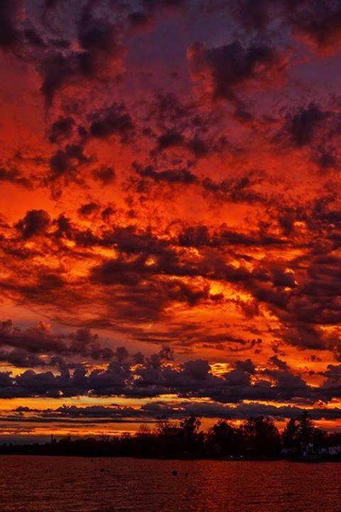 Or rouge d'un coucher de soleil près de Biarritz