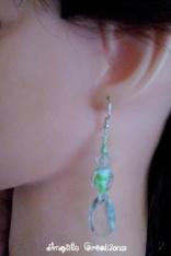 Boucles d'oreilles raffinées en cristal et perles dont le cœur est ornée d'un bouton de rose. Pour oreilles percées