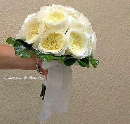 Bouquet rond de mariée roses anciennes blanches
