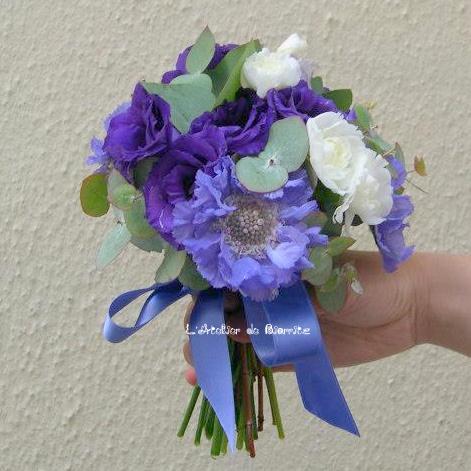 Bouquet de mariée bleu et blanc (lisianthus scabieuse et anémone
