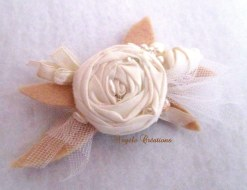 Broche en tissu perlé pour femme