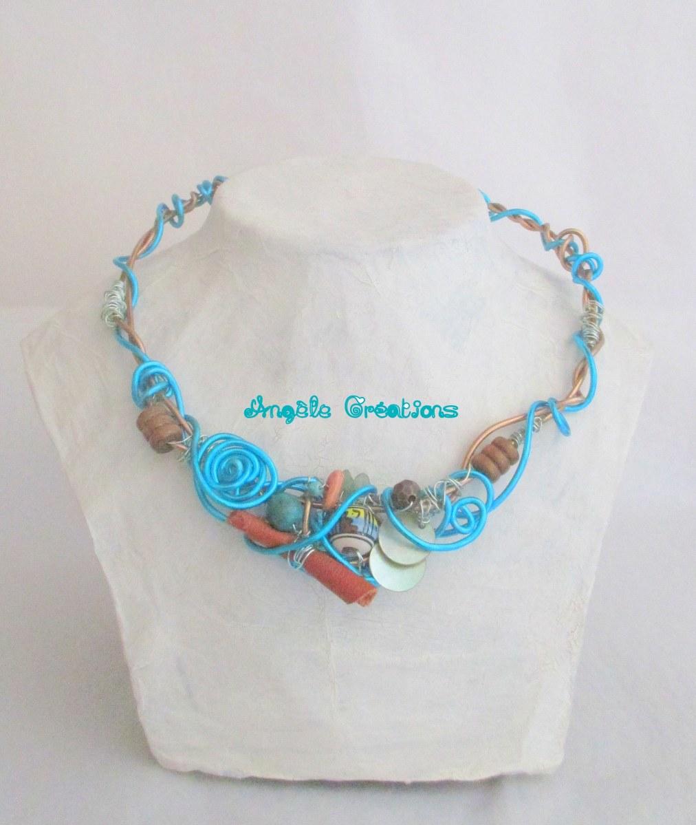 collier d'accessoires divers bleu turquise