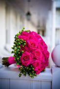 Bouquet de mariée en rose vives et hypéricum vert (à partir de 60€)