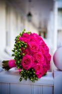 Bouquet de mariée en rose vives et hypéricum vert