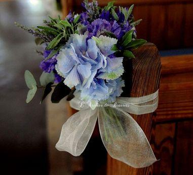 Bout de bancs bleu en hortensia et lavande blanc