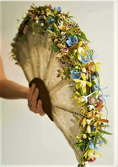 Nouveau, l'éventail garnit de fleurs