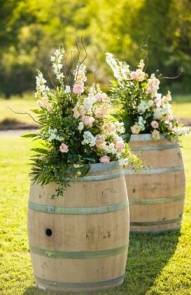 Composition de fleurs sur tonneaux