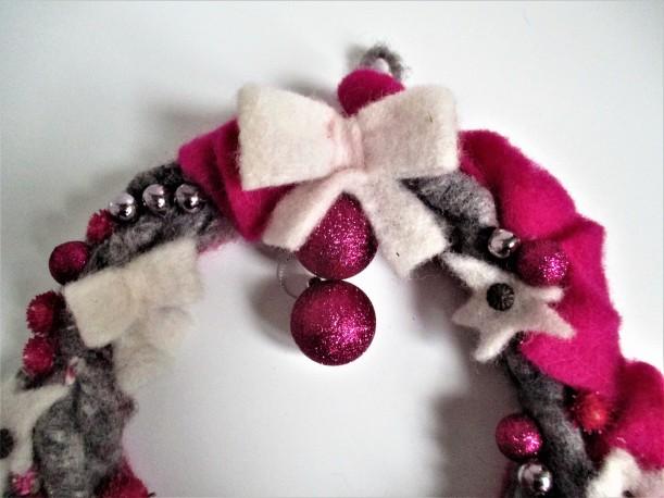 Détail de la couronne de laine rose