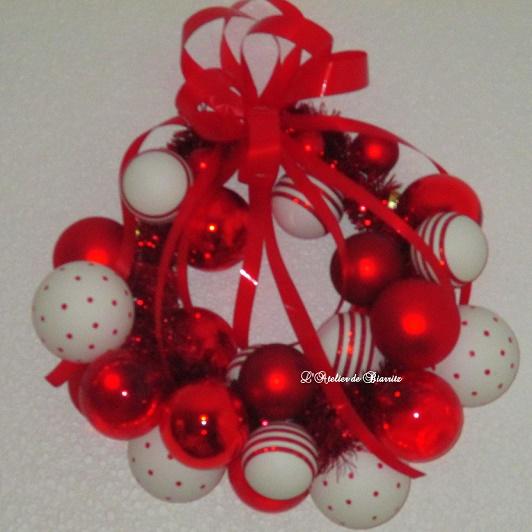 Atelier couronne boules de noel rouges et blanches