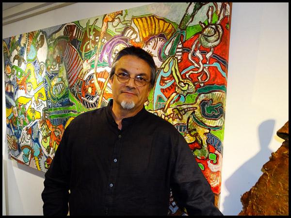 Franck Cavadore devant une de ses toiles