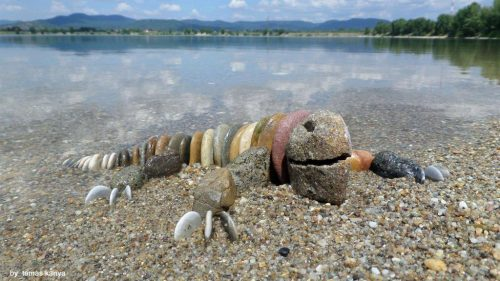 Des galets utiles ...land'art surla plage