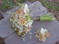 Bouquet de mariée vintage et boutonnière en orchidées, roses et genet
