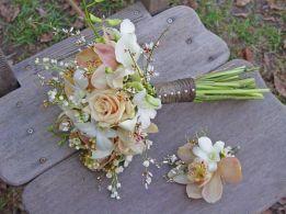 Bouquet de mariée rond et la boutonnière du marié (l'ensemnle à partir de 60)
