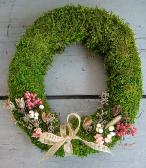 Décoration de porte, couronne de mousse verte et fleurs séchées