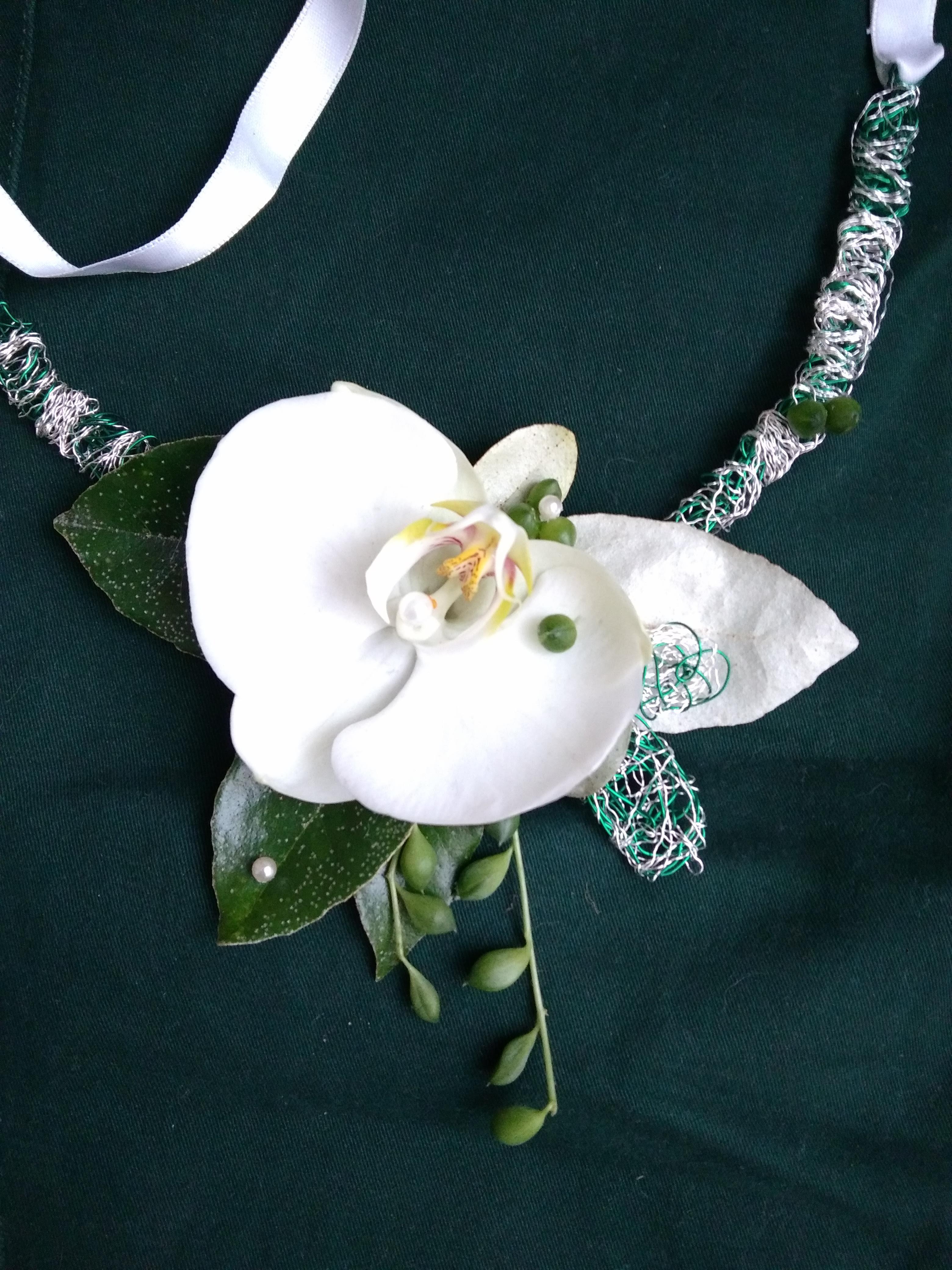 Accessoire floral , collier en orchidée naturelle