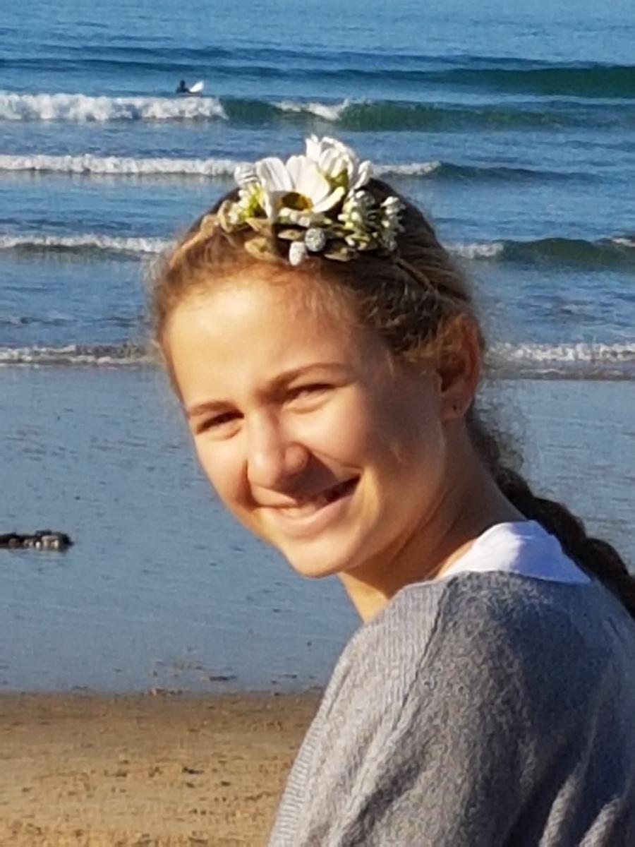Headband en fleurs stabilisées et séchées sur jeune fille