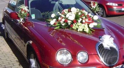 Décoration florale d'une Jaguar rouge
