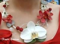 """Collier d'orchidée phalaenopsis blanc et vanda rouge, fleurs naturelles (ou tergal) """"Piment"""" (à partir de 75€)"""