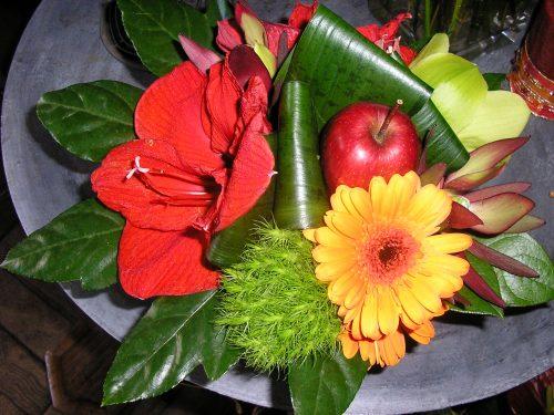 Composition avec pomme en rouge et jaune